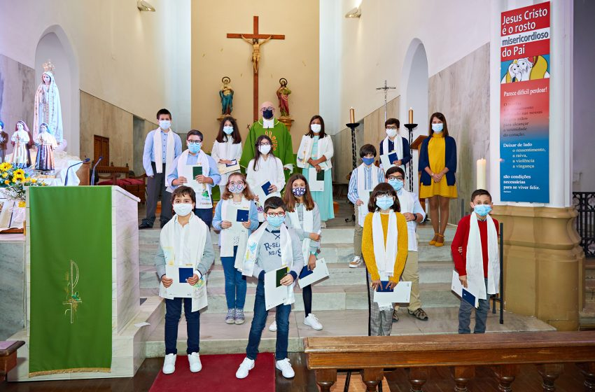 Crianças da catequese fazem a primeira comunhão